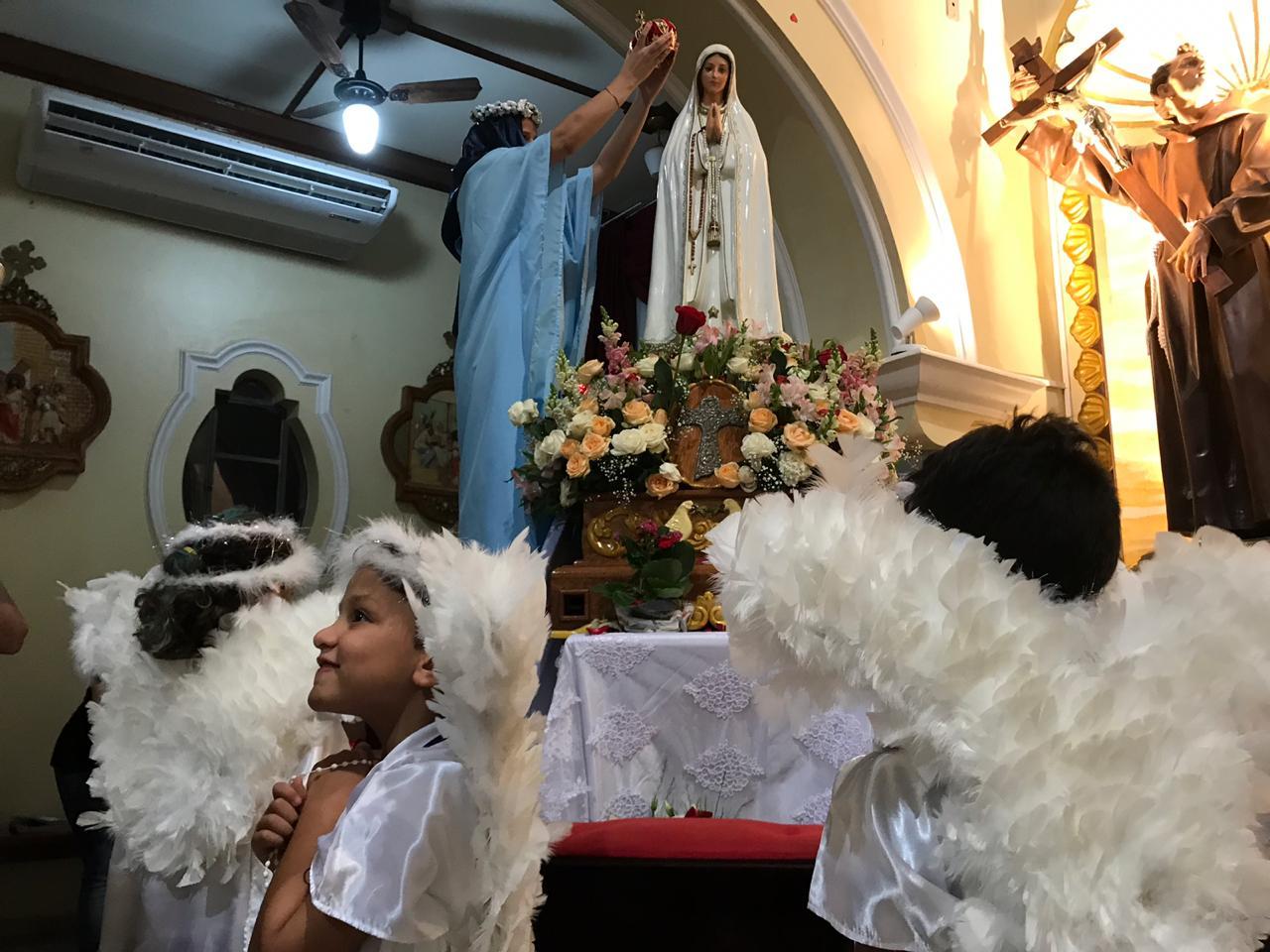 9d9689dd2d79 ... realizamos a coroação de Nossa Senhora nas missas durante todo o mês.  Veja alguns momentos em que a catequese ficou responsável pela coroação.