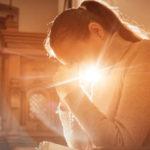 Por que rezar pelos outros também traz benefícios para a nossa alma?